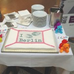"07.05.2015: Im Berliner Abgeordnetenhaus wurde im Beisein des Parlamentspräsidenten Ralf Wieland der vom MERCURE Hotel Berlin City GM, Invalidenstr. 38, 10115 Berlin, gestiftete ""Kiss Kiss Berlin – Regenbogenkuchen"" angeschnitten. © Foto: MANEO"